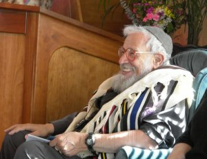 Rabbi Zalman Schachter-Shalomi wearing Rainbow Tallit in Ashland, Oregon at Havurah Shir Hadash. Photo by Jim Young.
